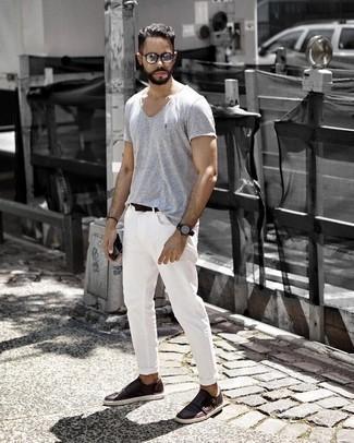 Темно-коричневые кожаные монки с двумя ремешками: с чем носить и как сочетать: Составив лук из серой футболки с круглым вырезом и белых джинсов, можно уверенно отправляться на свидание с возлюбленной или вечер с приятелями в расслабленной обстановке. Не прочь сделать образ немного элегантнее? Тогда в качестве обуви к этому ансамблю, выбери темно-коричневые кожаные монки с двумя ремешками.
