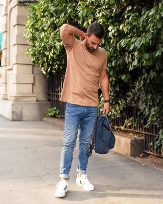 Как и с чем носить: светло-коричневая футболка с круглым вырезом, синие джинсы, белые кожаные низкие кеды, темно-синий рюкзак из плотной ткани