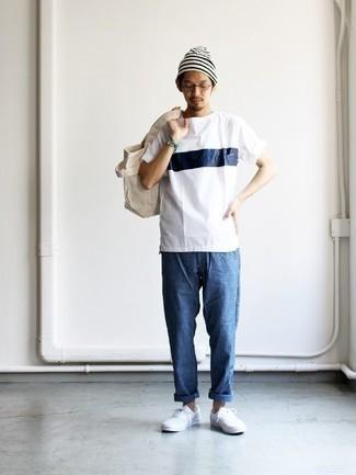 Бело-темно-синяя футболка с круглым вырезом с принтом: с чем носить и как сочетать мужчине: Бело-темно-синяя футболка с круглым вырезом с принтом и синие джинсы позволят создать простой и практичный лук для выходного дня в парке или вечера в шумном заведении с друзьями. Вместе с этим луком чудесно будут смотреться белые низкие кеды из плотной ткани.