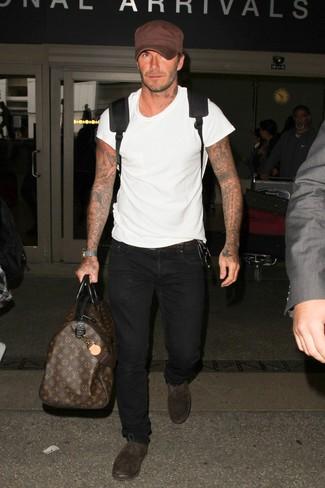 Как и с чем носить: белая футболка с круглым вырезом, черные джинсы, темно-коричневые замшевые оксфорды, черный рюкзак
