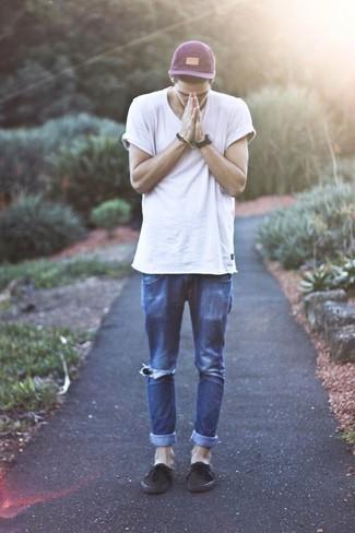 Как и с чем носить: белая футболка с круглым вырезом, темно-синие рваные джинсы, темно-коричневые плимсоллы, пурпурная бейсболка
