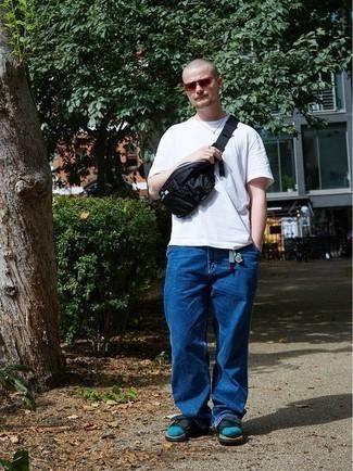 """С чем носить синие джинсы мужчине: Дуэт белой футболки с круглым вырезом и синих джинсов в мужском луке позволит создать ощущение """"элегантной свободы"""". Дерзкие молодые люди завершат образ черными сандалиями из плотной ткани."""