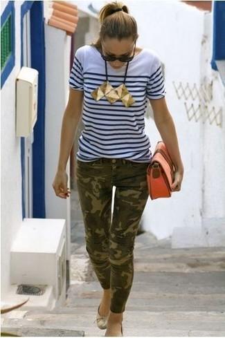 Как и с чем носить: бело-темно-синяя футболка с круглым вырезом в горизонтальную полоску, оливковые джинсы скинни с камуфляжным принтом, золотые кожаные балетки, оранжевый кожаный клатч