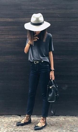 Как и с чем носить: темно-серая футболка с круглым вырезом, темно-синие джинсы скинни, черные кожаные балетки, черная кожаная большая сумка