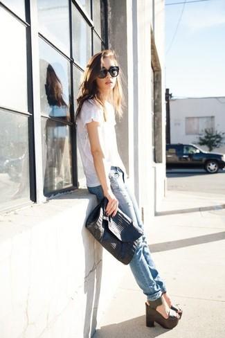 Как и с чем носить: белая футболка с круглым вырезом, голубые рваные джинсы скинни, черные кожаные босоножки на танкетке, черный кожаный клатч