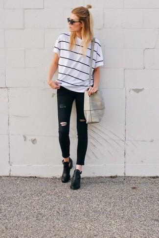 Как и с чем носить: бело-черная футболка с круглым вырезом в горизонтальную полоску, черные рваные джинсы скинни, черные кожаные ботильоны с вырезом, серая большая сумка из плотной ткани