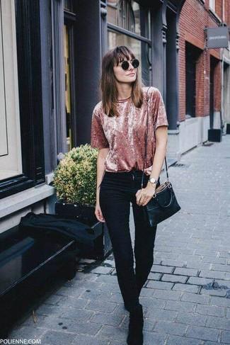 Как и с чем носить: розовая бархатная футболка с круглым вырезом, черные джинсы скинни, черные замшевые ботинки челси, черная кожаная сумка через плечо