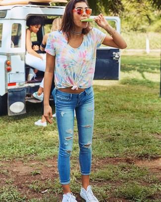 Как и с чем носить: разноцветная футболка с круглым вырезом c принтом тай-дай, синие рваные джинсы скинни, белые высокие кеды из плотной ткани, оранжевые солнцезащитные очки