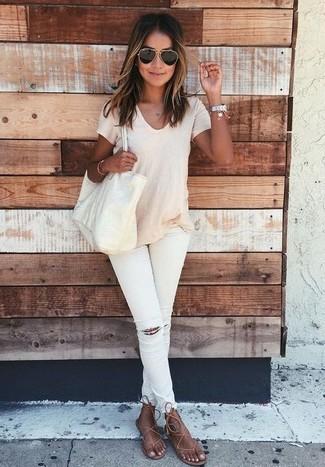 Как и с чем носить: бежевая футболка с круглым вырезом, белые рваные джинсы скинни, коричневые кожаные вьетнамки, бежевая кожаная большая сумка