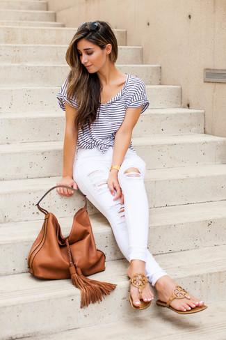 Как и с чем носить: бело-темно-синяя футболка с круглым вырезом в горизонтальную полоску, белые рваные джинсы скинни, светло-коричневые кожаные вьетнамки, табачная кожаная большая сумка