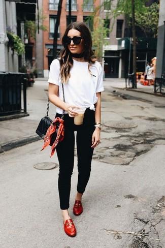 Как и с чем носить: белая футболка с круглым вырезом, черные джинсы скинни, красные кожаные лоферы, черная кожаная стеганая сумка через плечо