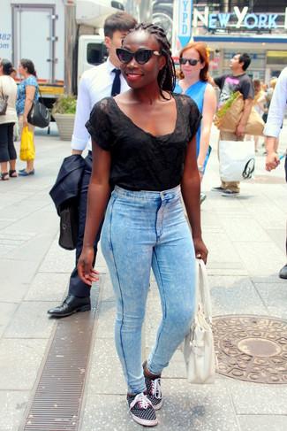 Как и с чем носить: черная футболка с круглым вырезом в сеточку, голубые джинсы скинни, черные низкие кеды в горошек, белая кожаная большая сумка