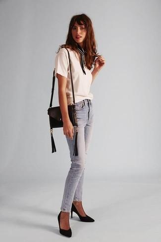 Как и с чем носить: белая футболка с круглым вырезом, голубые джинсы скинни, черные замшевые туфли, черная кожаная сумка через плечо