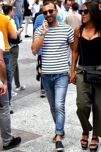 Голубые джинсы: с чем носить и как сочетать мужчине: Если этот день тебе предстоит провести в движении, сочетание бело-темно-синей футболки с круглым вырезом в горизонтальную полоску и голубых джинсов позволит составить практичный лук в стиле кэжуал. Думаешь привнести в этот образ толику классики? Тогда в качестве дополнения к этому луку, выбери темно-синие кожаные плетеные слипоны.