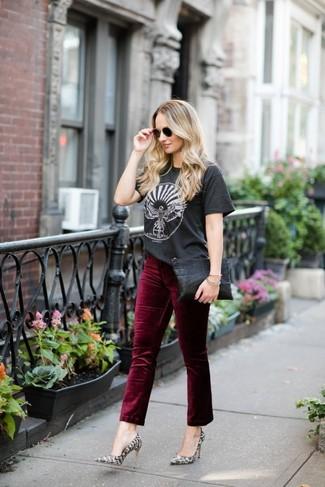 Как и с чем носить: темно-серая футболка с круглым вырезом с принтом, темно-красные бархатные джинсы, серые кожаные туфли со змеиным рисунком, черный кожаный клатч