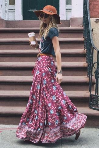 Темно-красные кожаные ботильоны: с чем носить и как сочетать: Если ты любишь одеваться красиво и при этом чувствовать себя комфортно и уверенно, попробуй это сочетание темно-серой футболки с круглым вырезом с принтом и темно-красной длинной юбки с цветочным принтом. Вместе с этим луком органично будут смотреться темно-красные кожаные ботильоны.