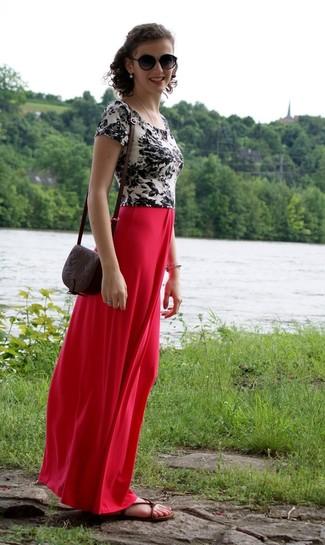 Темно-коричневые кожаные сандалии на плоской подошве: с чем носить и как сочетать: Для активного дня в кругу друзей прекрасно подойдет сочетание бело-черной футболки с круглым вырезом с цветочным принтом и красной длинной юбки. Любишь дерзкие решения? Закончи свой лук темно-коричневыми кожаными сандалиями на плоской подошве.
