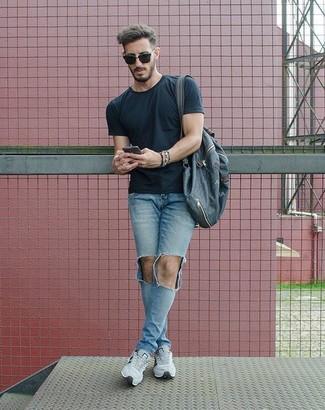 Как и с чем носить: черная футболка с круглым вырезом, голубые рваные зауженные джинсы, серые кроссовки, темно-синий рюкзак из плотной ткани