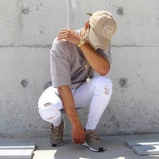 Мужские луки: Если у тебя планируется насыщенный день, сочетание серой футболки с круглым вырезом и белых рваных зауженных джинсов поможет создать комфортный лук в непринужденном стиле.