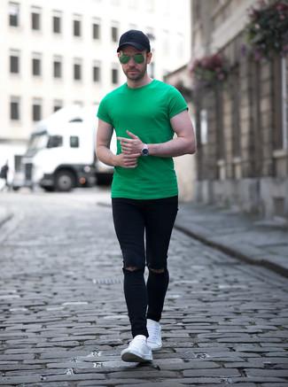 Как и с чем носить: зеленая футболка с круглым вырезом, черные рваные зауженные джинсы, белые кожаные низкие кеды, черная бейсболка