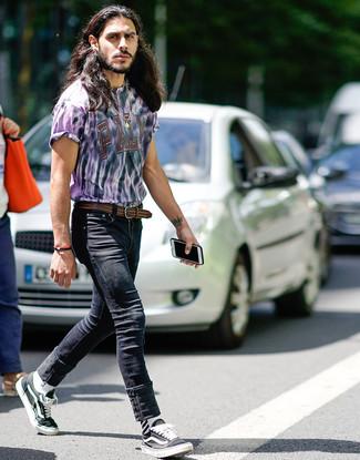 Как и с чем носить: светло-фиолетовая футболка с круглым вырезом c принтом тай-дай, черные зауженные джинсы, черно-белые низкие кеды из плотной ткани, коричневый кожаный плетеный ремень
