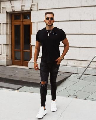 Черно-белая футболка с круглым вырезом с принтом: с чем носить и как сочетать мужчине: Если в одежде ты ценишь комфорт и практичность, черно-белая футболка с круглым вырезом с принтом и черные рваные зауженные джинсы — отличный вариант для расслабленного повседневного мужского ансамбля. Очень органично здесь будут выглядеть бело-черные кожаные низкие кеды.