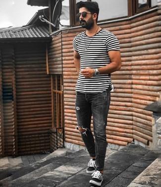 Мужские луки: Такое простое и комфортное сочетание базовых вещей, как бело-черная футболка с круглым вырезом в горизонтальную полоску и темно-серые рваные зауженные джинсы, полюбится мужчинам, которые любят проводить дни активно. Весьма недурно здесь будут выглядеть черно-белые низкие кеды из плотной ткани в клетку.