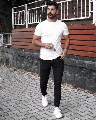 Мужские луки: Такое простое и комфортное сочетание вещей, как белая футболка с круглым вырезом и черные зауженные джинсы, понравится джентльменам, которые любят проводить дни в постоянном движении. Любишь необычные идеи? Заверши образ белыми низкими кедами из плотной ткани.