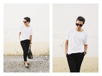 Как и с чем носить: белая футболка с круглым вырезом, черные капри, черные кожаные балетки с шипами, черная кожаная сумка-саквояж со змеиным рисунком