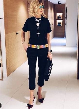 Как и с чем носить: черная футболка с круглым вырезом, черные капри, темно-красные кожаные туфли, черный замшевый клатч с украшением