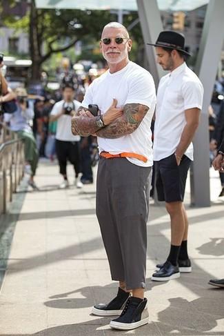 Как Nick Wooster носит Белая футболка с круглым вырезом, Серые льняные классические брюки, Черные кожаные высокие кеды, Оранжевый кожаный ремень