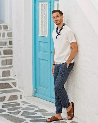 Как и с чем носить: белая футболка с круглым вырезом, темно-синие классические брюки в вертикальную полоску, коричневые кожаные сандалии, темно-синяя бандана