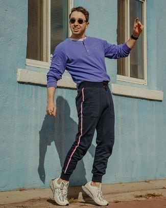 Мужские луки: Если в одежде ты делаешь ставку на комфорт и функциональность, белая футболка с круглым вырезом — великолепный вариант для расслабленного мужского лука на каждый день.