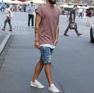 Как и с чем носить: розовая футболка с круглым вырезом, белая майка, синие джинсовые рваные шорты, белые кожаные низкие кеды