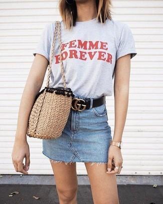 Светло-коричневая соломенная большая сумка: с чем носить и как сочетать: Если ты любишь смотреться стильно, чувствуя себя при этом комфортно и уверенно, стоит попробовать это сочетание серой футболки с круглым вырезом с принтом и светло-коричневой соломенной большой сумки.