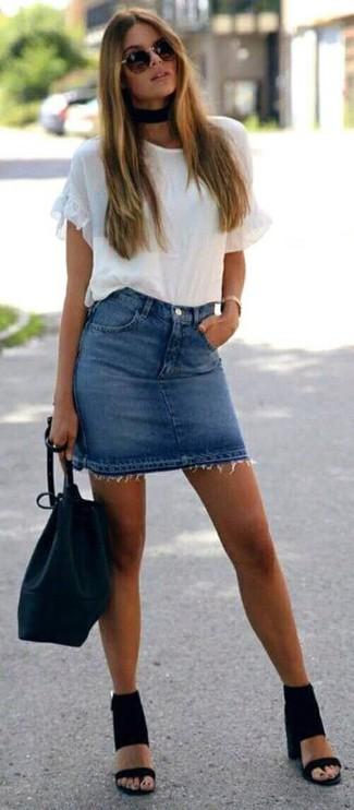 Как и с чем носить: белая футболка с круглым вырезом с рюшами, синяя джинсовая мини-юбка, черные замшевые босоножки на каблуке, черная кожаная сумка-мешок