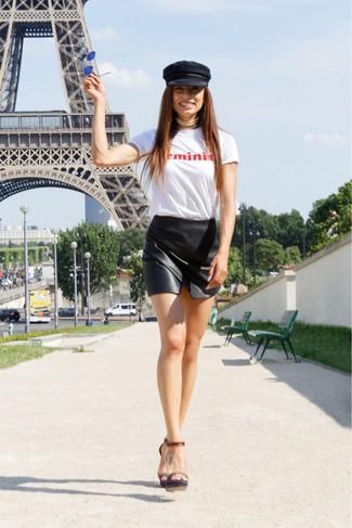Как и с чем носить: бело-красная футболка с круглым вырезом с принтом, черная кожаная мини-юбка, темно-коричневые кожаные босоножки на каблуке, черная кепка