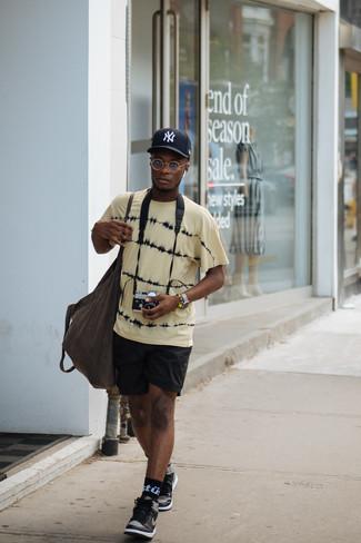 Черно-белые кожаные высокие кеды: с чем носить и как сочетать мужчине: Если в одежде ты делаешь ставку на комфорт и функциональность, желтая футболка с круглым вырезом с принтом тай-дай и черные спортивные шорты — замечательный выбор для расслабленного повседневного мужского образа. Если ты предпочитаешь смелые настроения в своих образах, дополни этот черно-белыми кожаными высокими кедами.