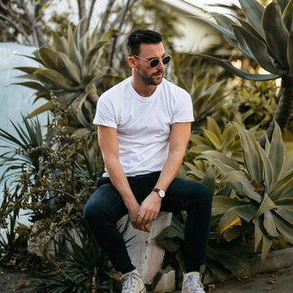 Как и с чем носить: белая футболка с круглым вырезом, черные спортивные штаны, белые высокие кеды из плотной ткани, черные солнцезащитные очки