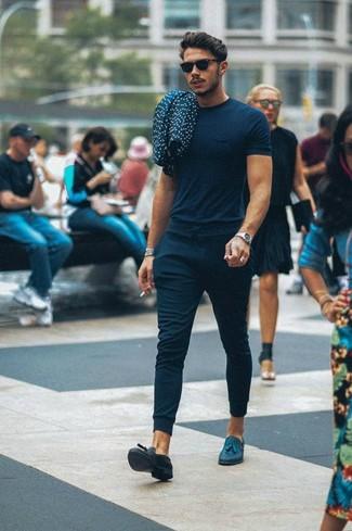 Как и с чем носить: темно-синяя футболка с круглым вырезом, темно-синие спортивные штаны, темно-синие кожаные лоферы с кисточками, черные солнцезащитные очки