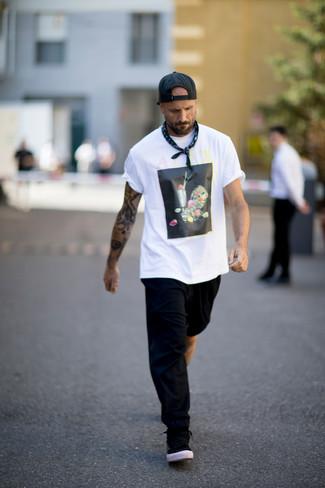 Как и с чем носить: бело-черная футболка с круглым вырезом с принтом, черные спортивные штаны, черные низкие кеды, черная бейсболка