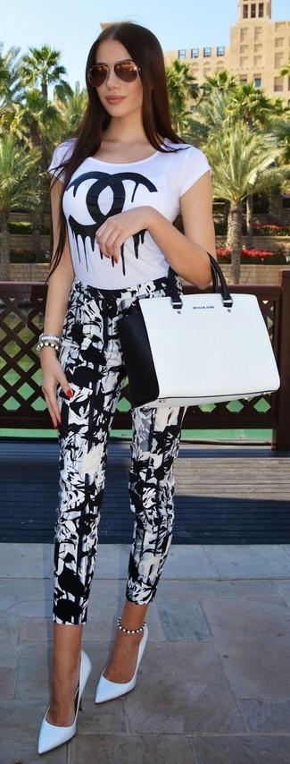Как и с чем носить: бело-черная футболка с круглым вырезом с принтом, бело-черные узкие брюки с принтом, белые кожаные туфли, бело-черная кожаная большая сумка