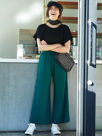 Как и с чем носить: черная футболка с круглым вырезом с рюшами, темно-зеленые широкие брюки, белые высокие кеды из плотной ткани, черный кожаный клатч с шипами