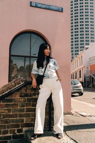 Как и с чем носить: голубая вареная футболка с круглым вырезом, белые джинсовые широкие брюки, черные кожаные сандалии на плоской подошве, черная замшевая сумка через плечо