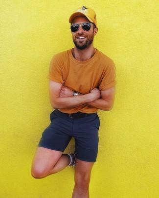 Как и с чем носить: оранжевая футболка с круглым вырезом, темно-синие шорты, желтая бейсболка, черный кожаный ремень