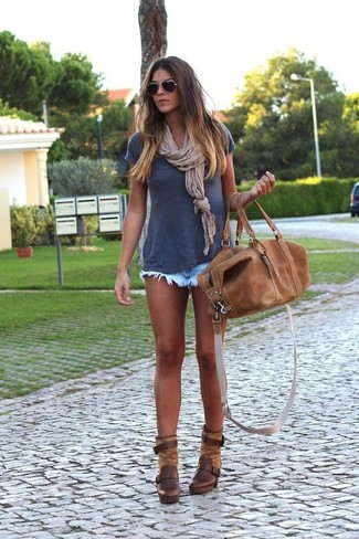 Как и с чем носить: темно-синяя футболка с круглым вырезом, голубые джинсовые шорты, темно-коричневые кожаные ботильоны, коричневая кожаная спортивная сумка
