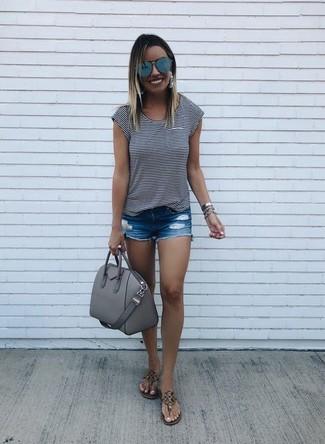 Как и с чем носить: бело-черная футболка с круглым вырезом в горизонтальную полоску, синие джинсовые рваные шорты, коричневые кожаные вьетнамки, серая кожаная сумка-саквояж
