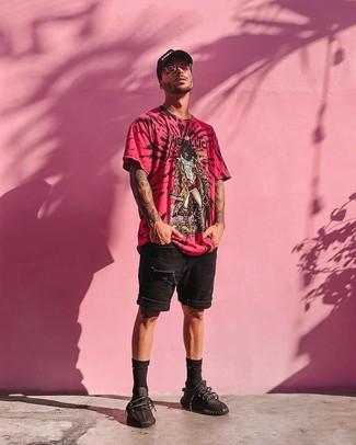 Как и с чем носить: ярко-розовая футболка с круглым вырезом с принтом, черные джинсовые рваные шорты, черные кроссовки, черно-белая бейсболка с принтом