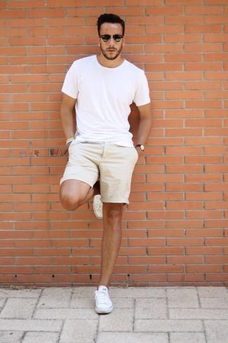Как и с чем носить: белая футболка с круглым вырезом, бежевые шорты, белые низкие кеды из плотной ткани, черные солнцезащитные очки