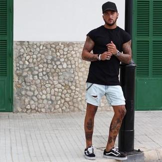 Как и с чем носить: черная футболка с круглым вырезом, голубые джинсовые шорты, черно-белые низкие кеды из плотной ткани, черная бейсболка